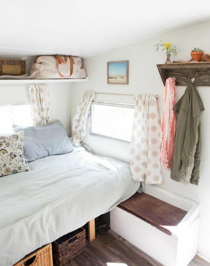 camion-caravane-atmopshère-pure-blanche-sol-en-bois-rideaux-peintures