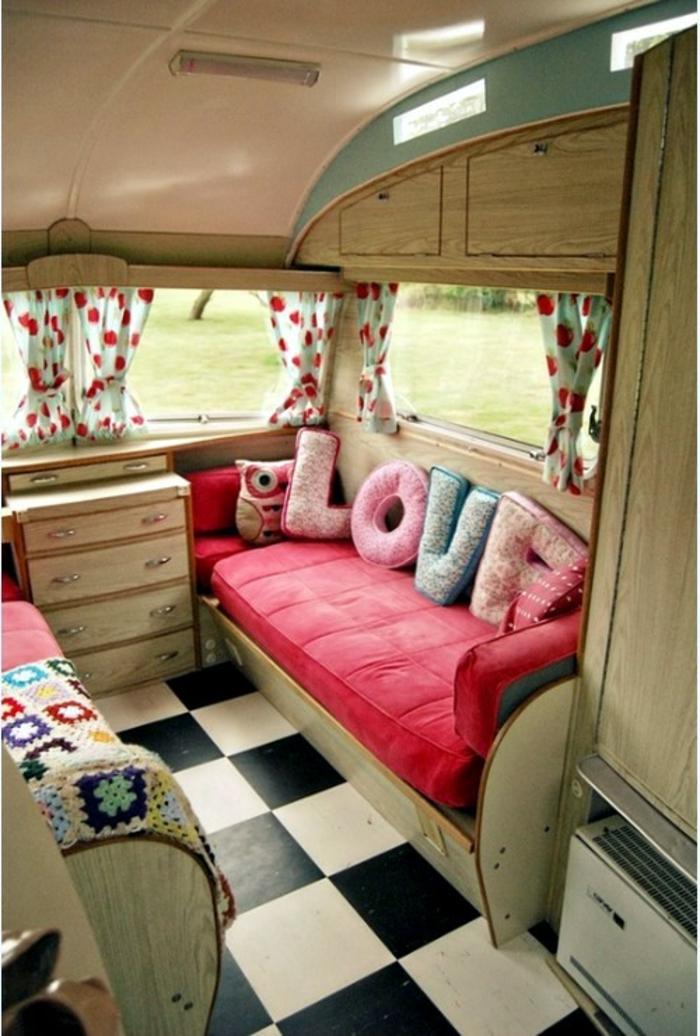 camion-caravane-atmopsphère-chic-mobilier-en-bois-rideaux-en-points-rouges