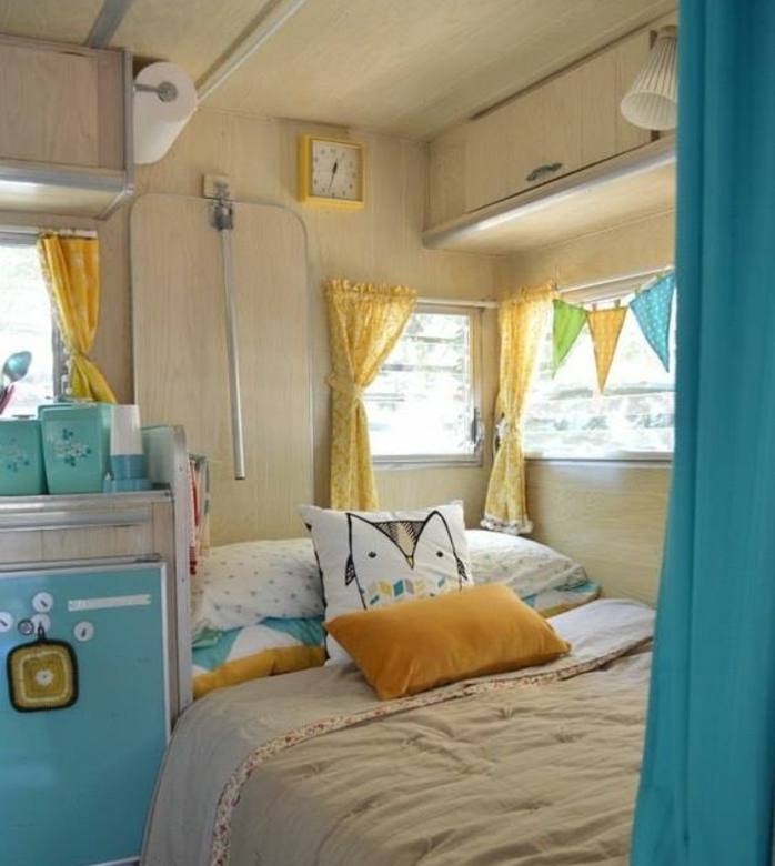 camion-caravane-déco-adorable-en-beige-et-jaune-coussins-motifs-hibou