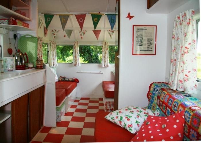 camion-caravane-déco-vintage-intérieur-en-blanc-et-rouge-avec-des-rideaux