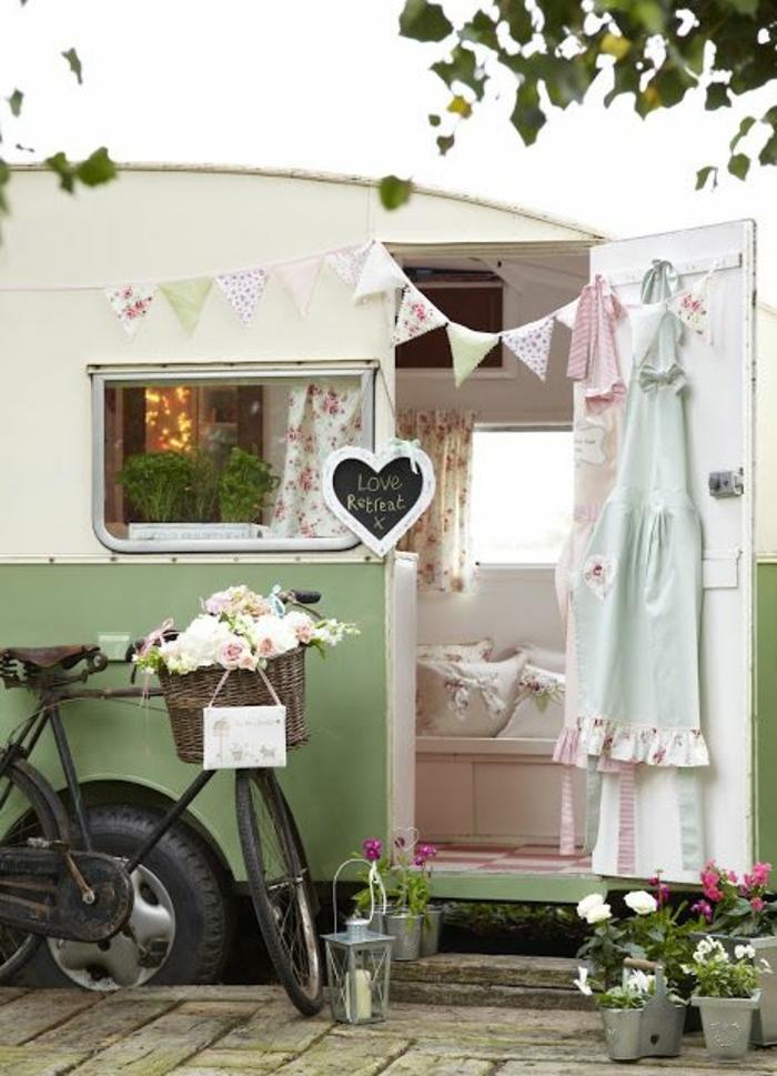 camion-caravane-inspiration-style-vintage-fleurs-coussins-décoratifs-plantes