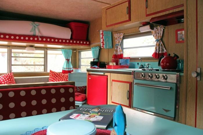 camion-caravane-intérieur-adorable-en-rouge-et-marine-cuisine-pratique-confort