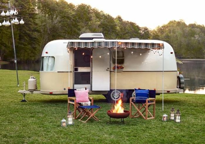 camion-caravane-intérieur-cozy-coussins-décoratifs-doux-cuisine-bien-équipée