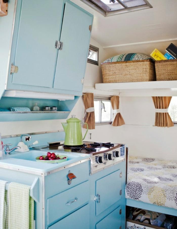 camion-caravane-intérieur-en-blanc-et-marine-cuisine-compacte-vie-simple
