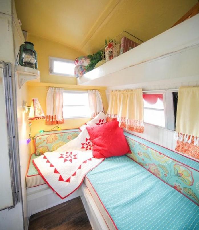 camion-caravane-intérieur-en-couleurs-vives-jaune-marine-rouge