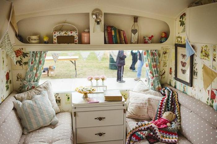 camion-caravane-intérieur-inspiration-vintage-style-beige-taupe-livres