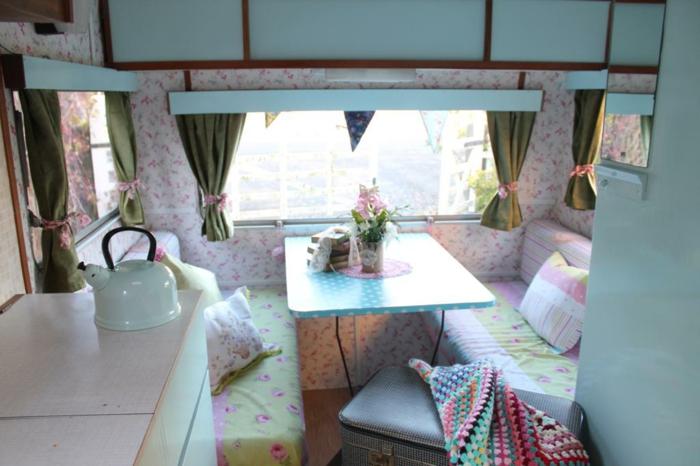 camion-caravane-vintage-style-coin-de-repos-en-couleurs-pastel-coussins-doux