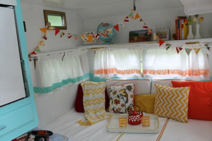 camion-caravane-vivacité-intérieur-frais-coussins-en-motifs-floraux-et-géométriques