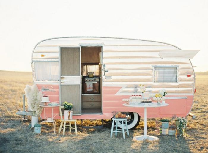 camion-caravane-voyager-se-reveiller-toujours-en-endroit-nouveau-vintage-style