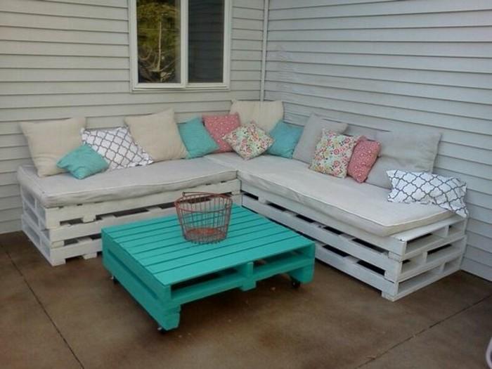 canapé-en-palette-banc-de-jardin-diy-a-fabriquer-soi-meme-table-basse-en-palette-salon-de-jardin-en-palette-coussins-multicolores