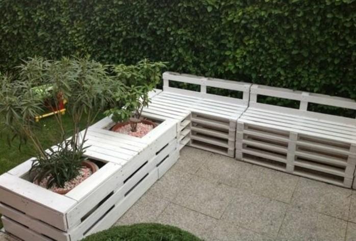 canapé-en-palette-d-angle-type-banc-peint-en-blanc-avec-des-pots-de-fleurs-intégrés