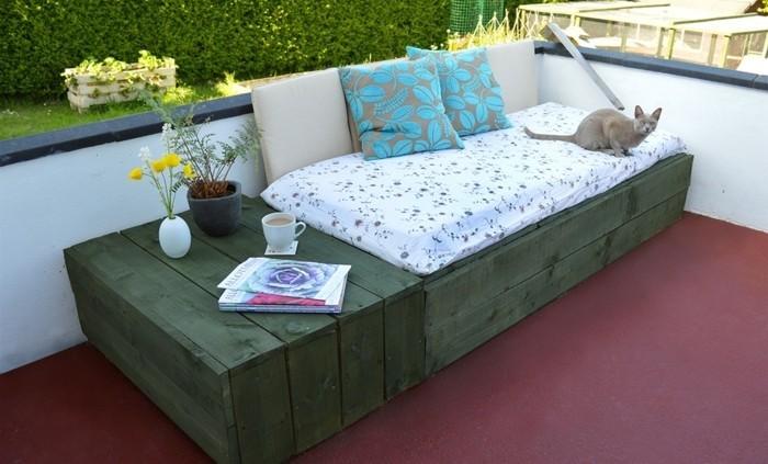 canapé-en-palette-peint-en-vert-sur-une-terrasse-avec-un-espace-de-rangement-petite-table-deco-terrasse-diy