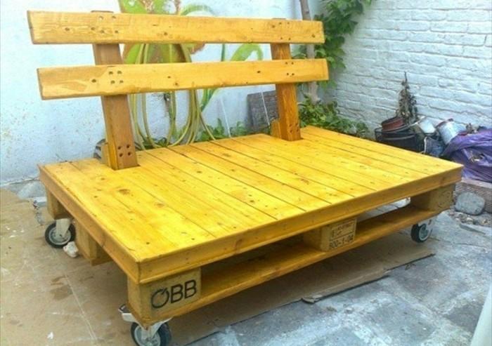 canapé-en-palette-type-banc-pour-amenager-un-jardin-modele-banc-à-roulettes-couleurs-jaune