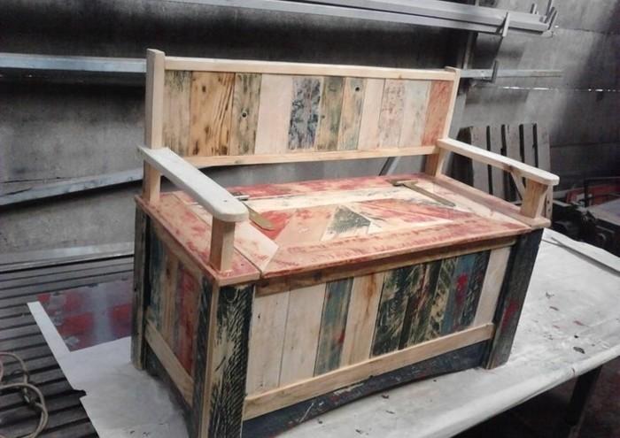 canapé-en-palette-usé-idée-comment-faire-un-meuble-en-palette-bois-teintes-differentes
