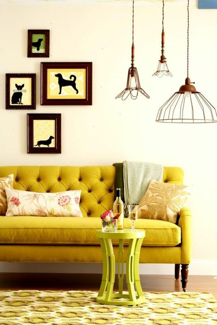 canapé-jaune-moutarde-petit-tabouret-jaune-et-peintures-d'animaux
