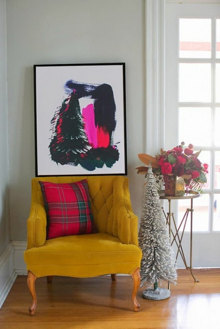 canapé-jaune-moutarde-tableau-peinture-originale-et-cousin-rose