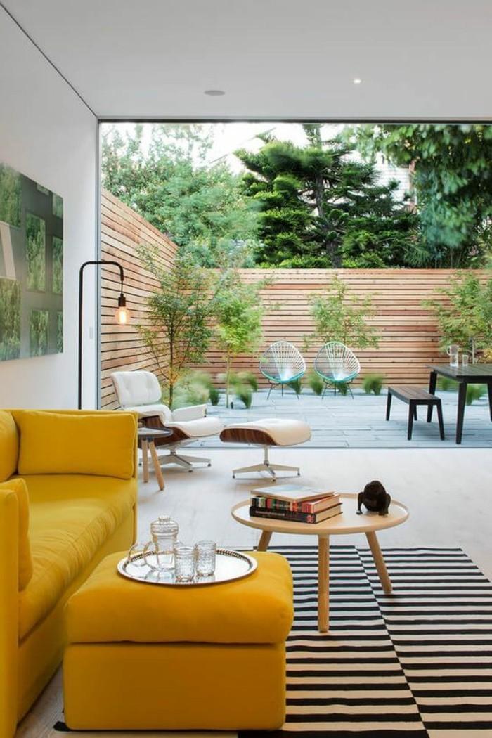canapé-jaune-moutarde-tapis-à-rayures-maison-moderne