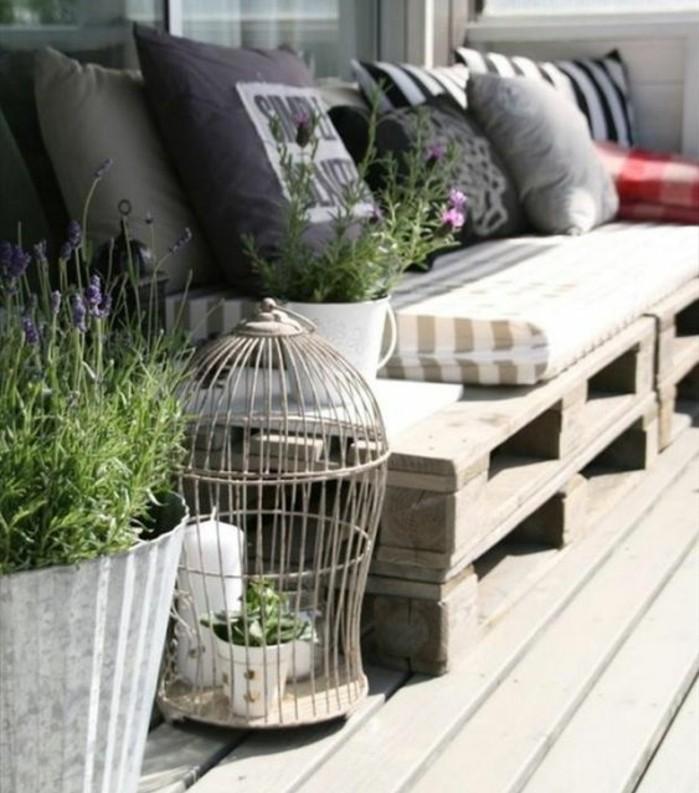 canapé-en-palette-pour-l-amenagement-et-la-deco-veranda-mobilier-recup-coussins-multicolores