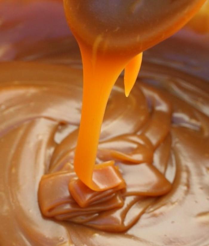 caramel-facile-caramel-doré-liquide-étaler-du-caramel-sur-des-desserts