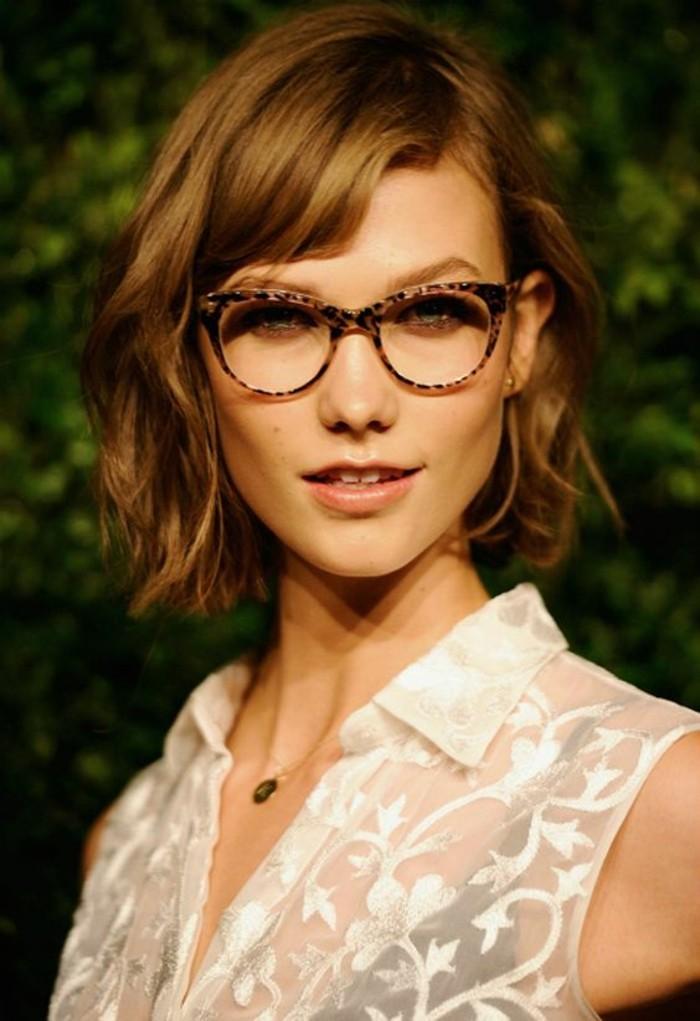 carré-ondulé-coiffures-cheveux-courts-lunettes-en-écailles