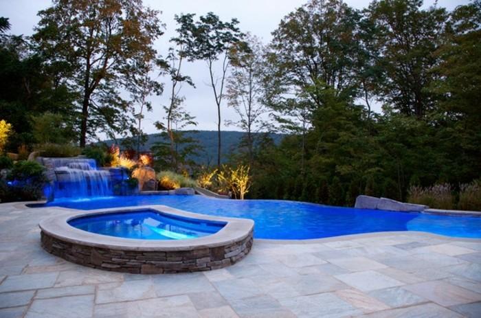 cascade-bassin-eau-pure-et-claire-lumière-décorative-en-bleu