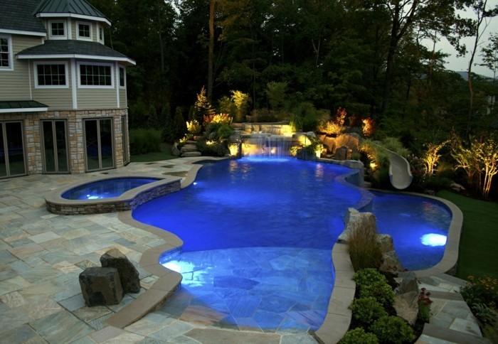 cascade-bassin-maison-moderne-en-pierre-piscine-bien-éclairée-eau-pure