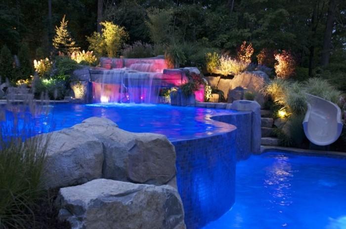 cascade-bassin-nuit-en-couleurs-rose-bleu-jaune-lumière-décorative