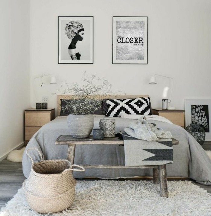 chambe-scandinave-en-noir-gris-et-blanc-housses-oreiller-en-noir-et-blanc-couvertures-grises-bout-de-lit-en-bois-use-vases-decoratifs-style-oriental-tableaux-d-art-moderne