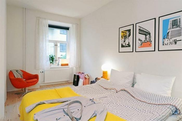 chambre-a-coucher-blanche-avec-de-petites-touches-de-couleur-couverture-de-lit-jaune-canape-orange-decoration-murale-artistiques-parquet-clair
