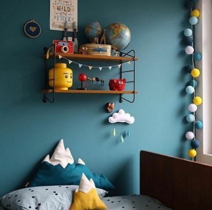 chambre-bébé-bleu-canard-etagere-en-bois-et-metal-encombrée-de-jouets-lit-enfant