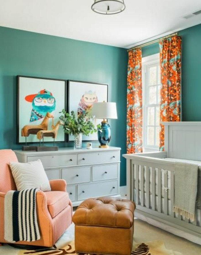 chambre-bébé-bleu-canard-tableaux-deco-murale-lit-bebe-et-commode-blanc-tabouret-en-cuir-fauteuil-rose