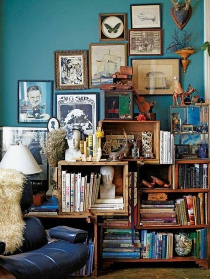 chambre-bleu-canard-decor-encombré-deco-murale-bibliotheque-en-palette-de-bois-ambiance-artistique