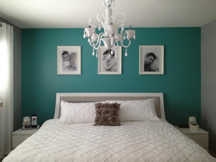chambre-bleu-canard-peinture-bleu-canard-sur-les-murs-linge-maison-blanc-deco-murale-composé-de-photos-en-noir-et-blanc-lustre-baroque