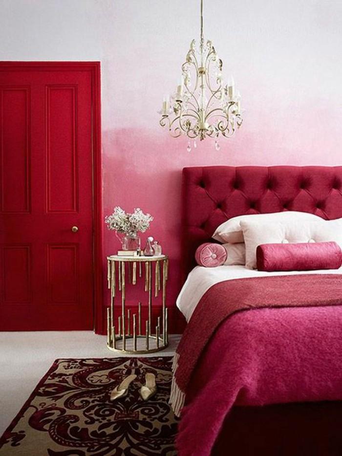 chambre-couleur-framboise-tête-de-lit-capitonnée-plafonnier