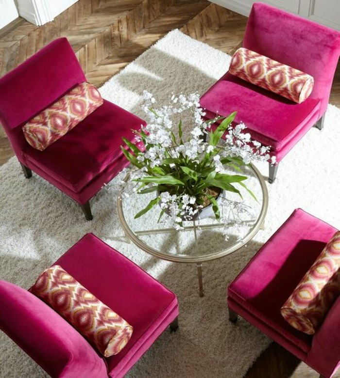 chambre-couleur-framboise-table-transparente-et-fauteuils-pourpres
