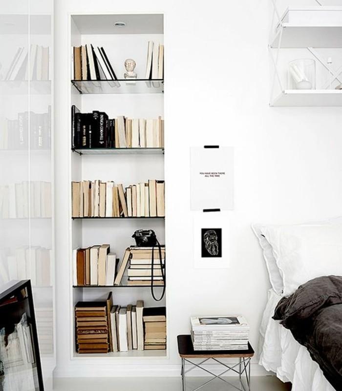 chambre-scandinave-tout-en-blanc-couverture-de-lit-grise-bibliotheque-encastree-dans-le-mur-un-decor-lumineux-et-tres-sobre