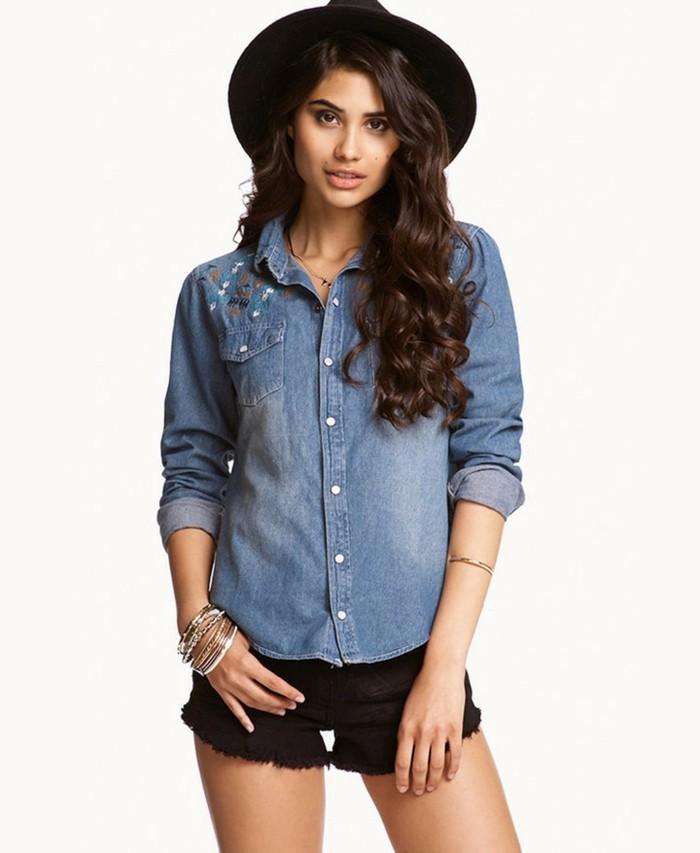 chemise-en-jeans-femme-chapeau-et-shorts-noirs-bracelets-en-or