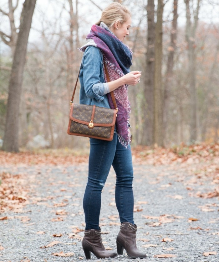 chemise-en-jeans-femme-vision-d'automne-echarpe-en-bleu-et-violet