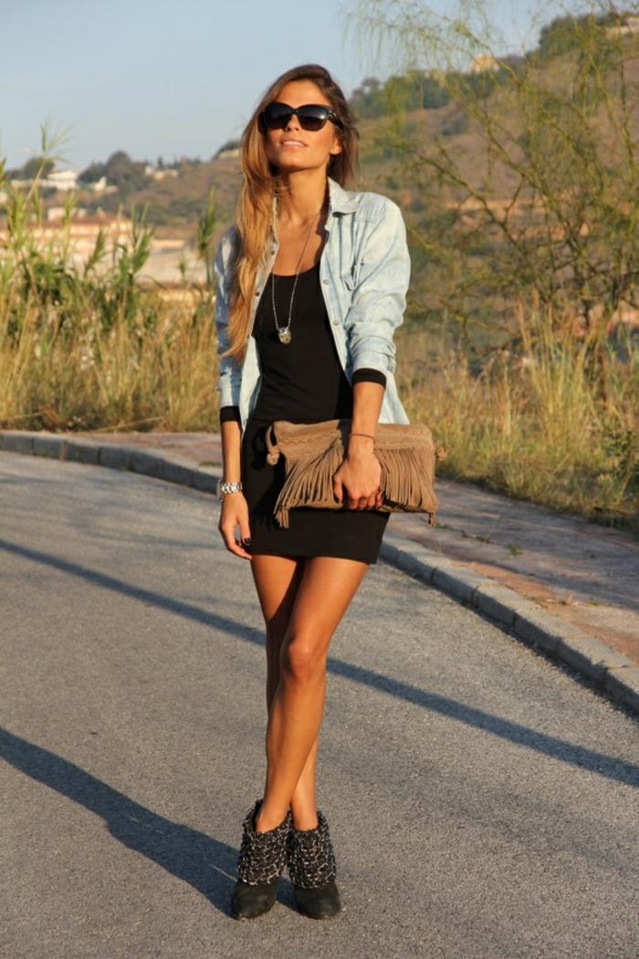 chemise-en-jeans-femme-vision-d'ete-robe-courte-et-noire-manucure-foncee
