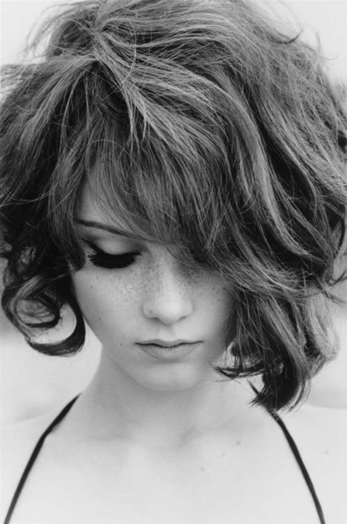 cheveux-épais-ondulés-coiffures-cheveux-courts-carré-asymétrique