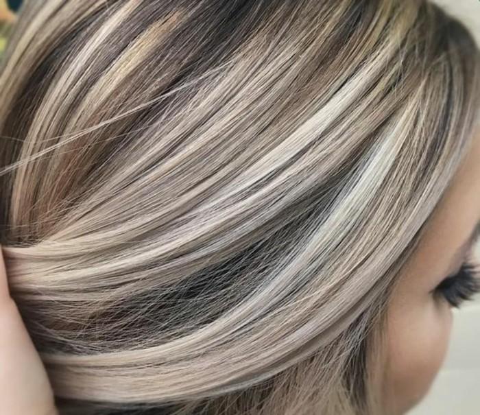 cheveux gris meches blondes