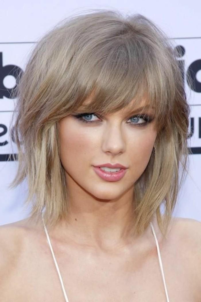 cheveux-blond-cendre-coiffure-avec-une-frange-cheveux-effiles