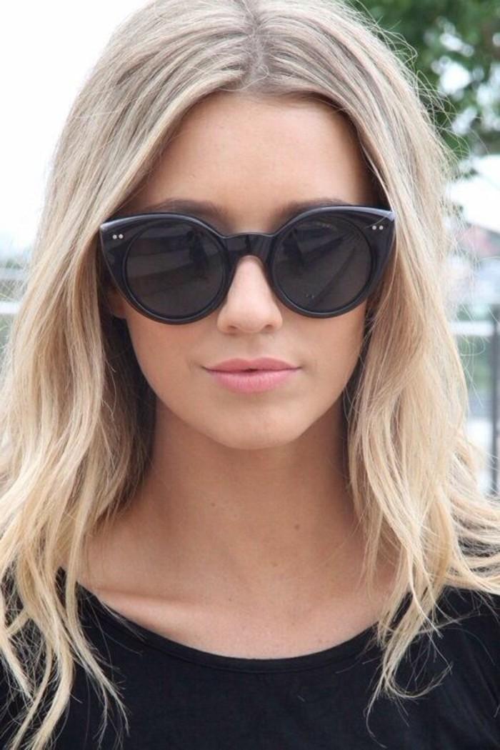 cheveux-blond-cendre-lunettes-de-soleil-et-blouse-noire