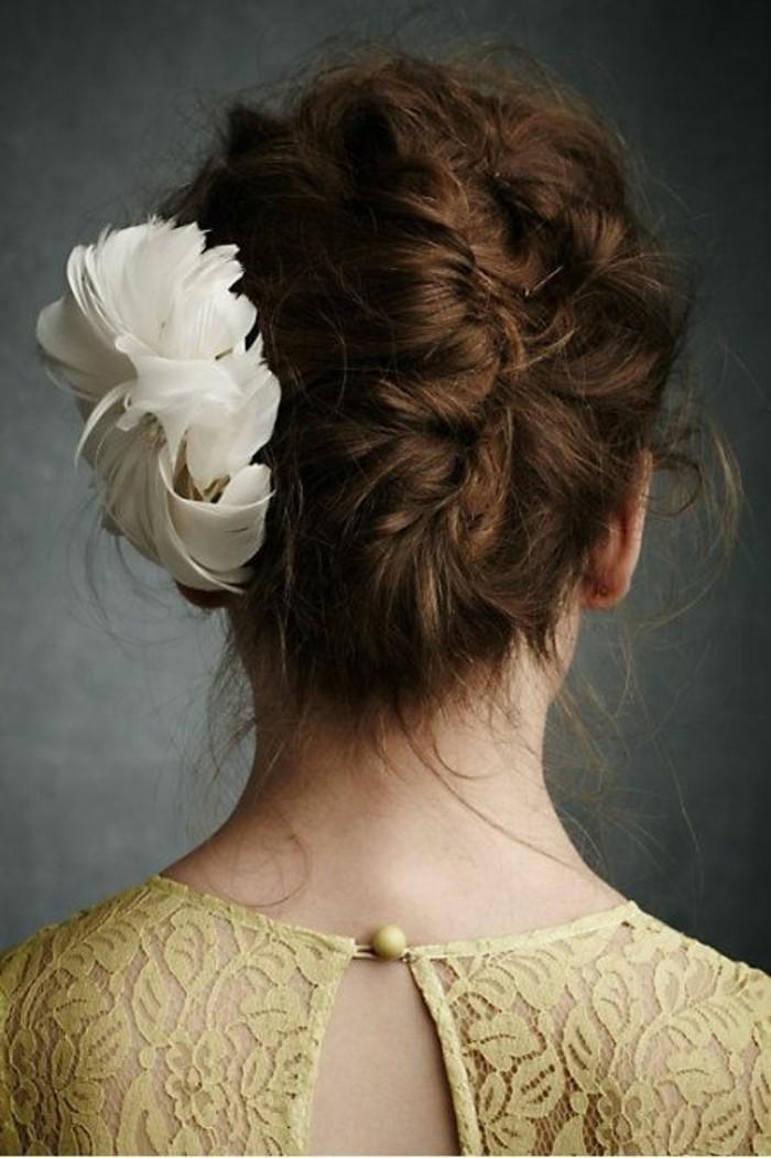 cheveux-bouclés-chignon-banane-flou-accessoire-fleur