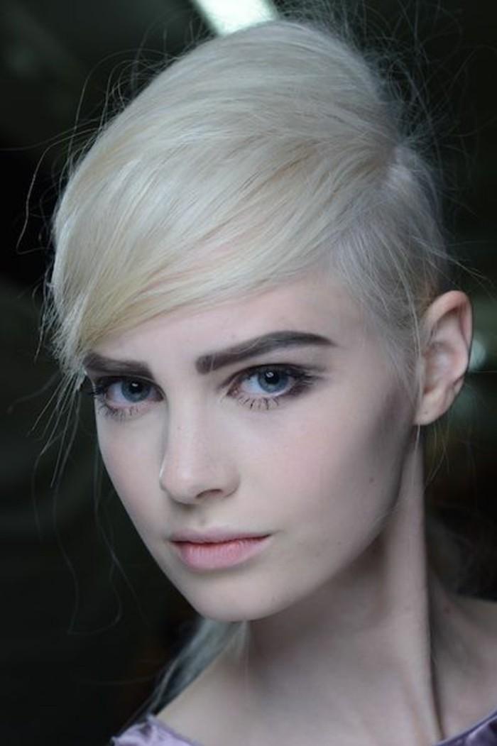 cheveux-couleur-blond-polaire-frange-de-côté