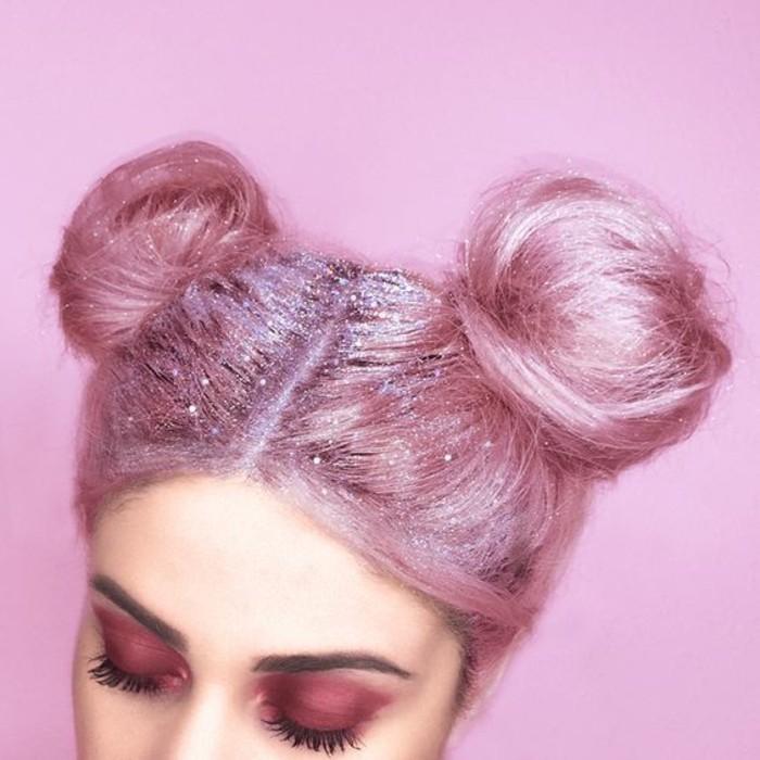 cheveux-insoltes-couleur-rose-tendance-double-chignon-bun