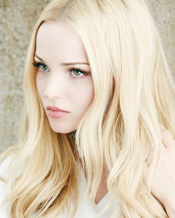 cheveux-longs-ondulés-couleur-blonde-platine-intemporelle