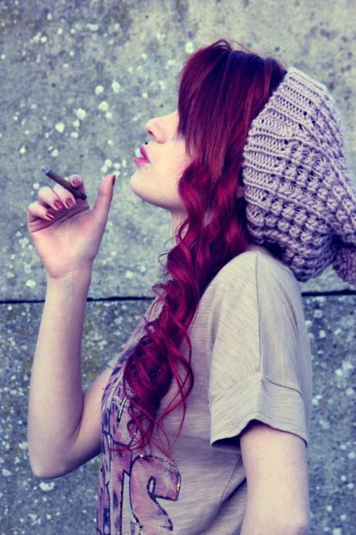 cheveux-rouge-cerise-teinture-tendance-jolies-ondulations
