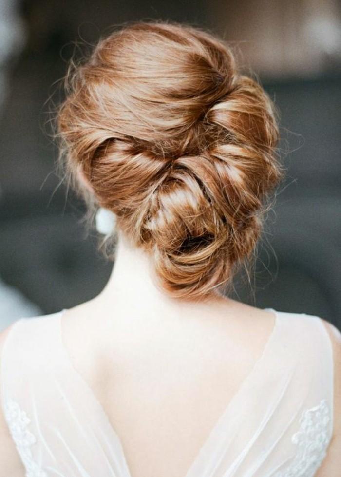 chignon-banane-flou-cheveux-châtains-claires-robe-élégante