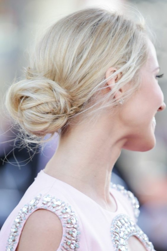 chignon-bun-bas-coiffure-elegante-cheveux-blond-platine